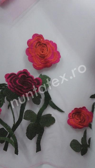 Dantela pe tull cu trandafiri