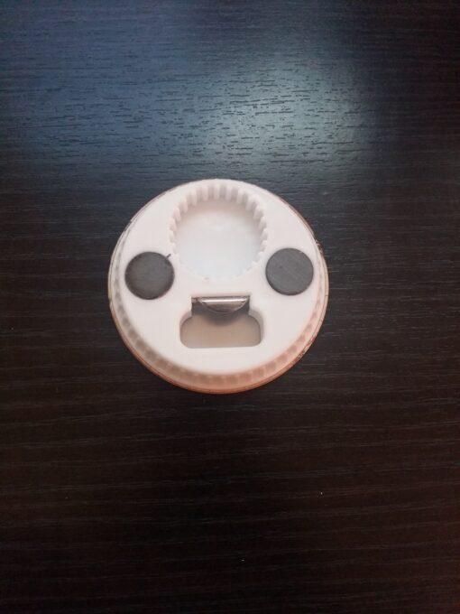 Magnet de frigider cu desfacator