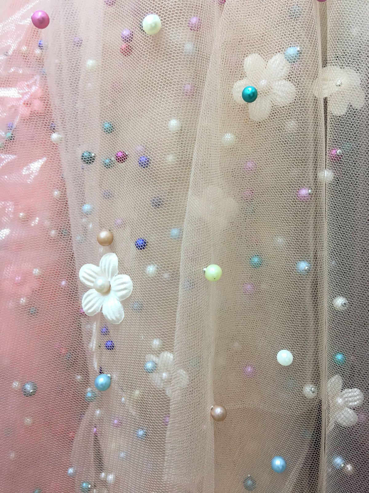 Tiul cu perle si floricele rochii