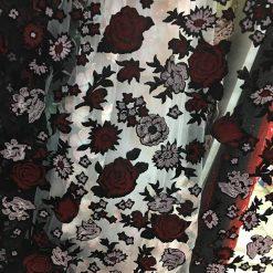 Tiul cu trandafiri din catifea