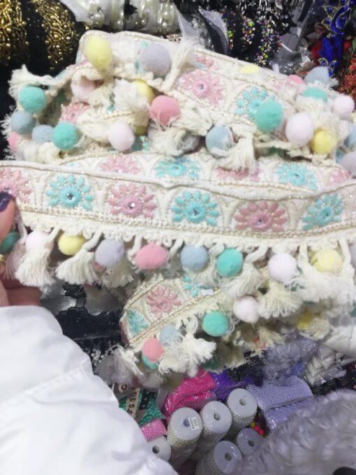 Banda cu ciucuri colorati