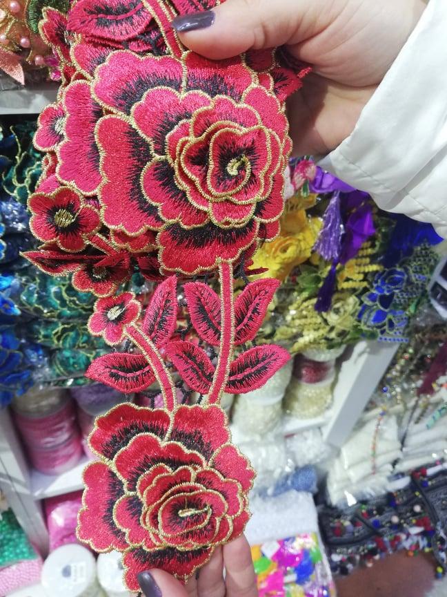 Trandafir brodat pentru haine